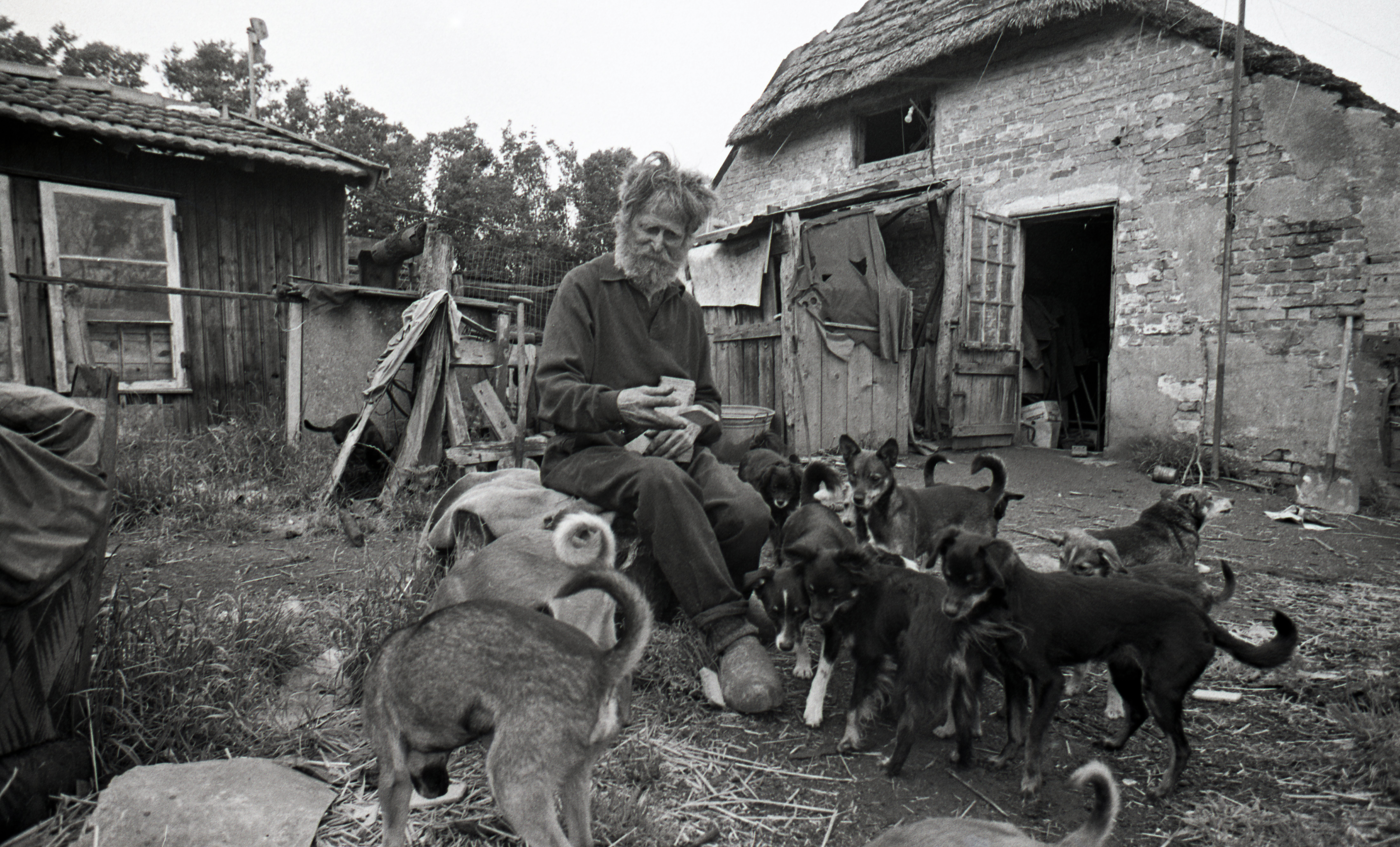 Grard Sientje met honden voor huis + contr